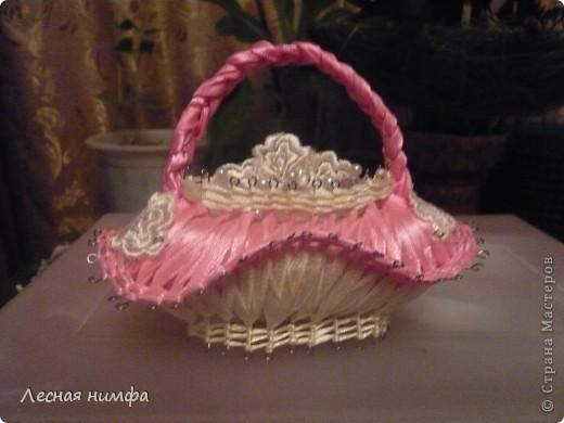 эту корзиночку я декорировала не   как обычно розами из лент,а бусинками из чешского стекла и кружевом. фото 2