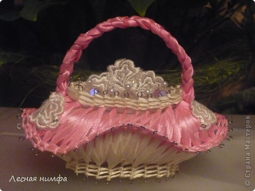 эту корзиночку я декорировала не   как обычно розами из лент,а бусинками из чешского стекла и кружевом. фото 1