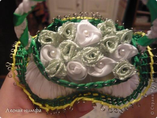 эту корзиночку я декорировала не   как обычно розами из лент,а бусинками из чешского стекла и кружевом. фото 9