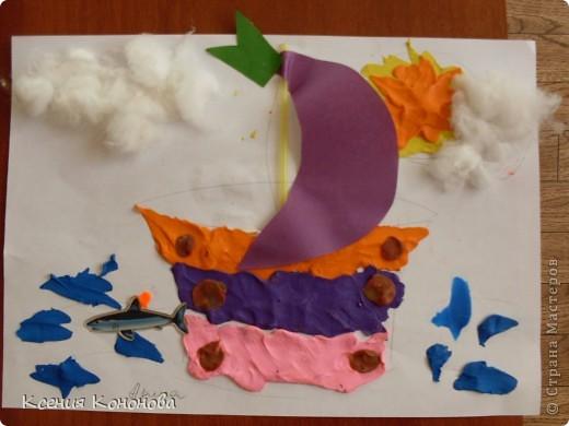 С детишками,сегодня репили сделать кораблик,плывущий в море,и вот что у нас получилось.Арина 2 года фото 1