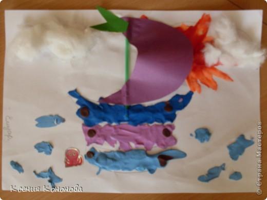 С детишками,сегодня репили сделать кораблик,плывущий в море,и вот что у нас получилось.Арина 2 года фото 4