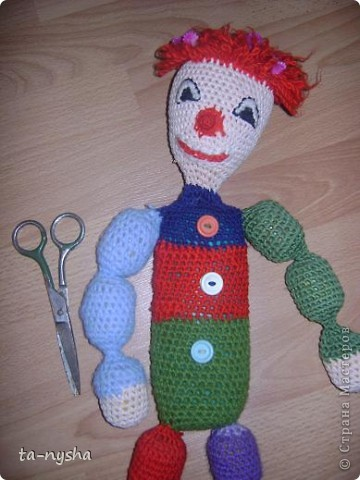 Клоун: Голова набита ватой; Туловище-тюбик из-под шампуня; Ноги, руки - киндеры; фото 3