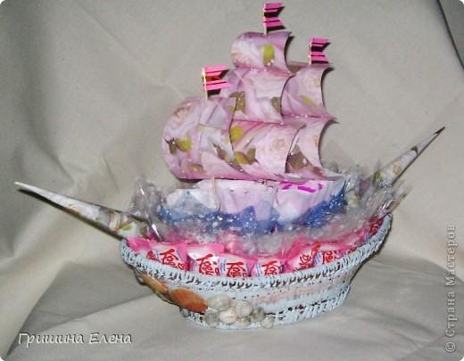 Придумывался долго, сделался за пару вечеров. Знакомая попросила на день рождения дочки, причем оговорила, что бы кораблик не был полностью розовым - в общем на что моей фантазии хватило... фото 1