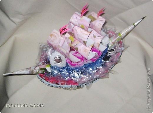 Придумывался долго, сделался за пару вечеров. Знакомая попросила на день рождения дочки, причем оговорила, что бы кораблик не был полностью розовым - в общем на что моей фантазии хватило... фото 2