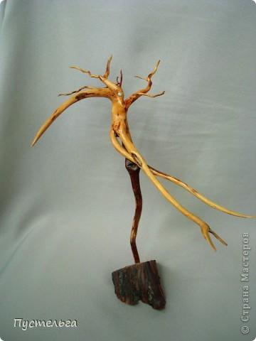 Приглашаю на маленькую выставку работ моей дочки. Дочь сейчас уже большая, а когда она училась в школе, то занималась и бисером, и лепкой, и росписью...  Эта птица выложена бисером по рисунку на деревянной тарелочке, клей ПВА. фото 11