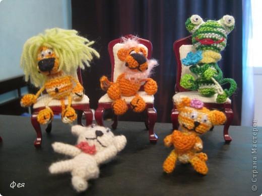 Люблю всё миниатюрное. Сидят игрульки мои на мебели , которую мне подарили на ДР, кукольная, масштаб 1:12  фото 1