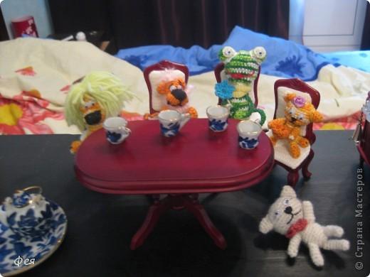 Люблю всё миниатюрное. Сидят игрульки мои на мебели , которую мне подарили на ДР, кукольная, масштаб 1:12  фото 2