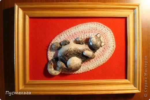 Приглашаю на маленькую выставку работ моей дочки. Дочь сейчас уже большая, а когда она училась в школе, то занималась и бисером, и лепкой, и росписью...  Эта птица выложена бисером по рисунку на деревянной тарелочке, клей ПВА. фото 6