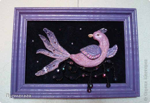 Приглашаю на маленькую выставку работ моей дочки. Дочь сейчас уже большая, а когда она училась в школе, то занималась и бисером, и лепкой, и росписью...  Эта птица выложена бисером по рисунку на деревянной тарелочке, клей ПВА. фото 4