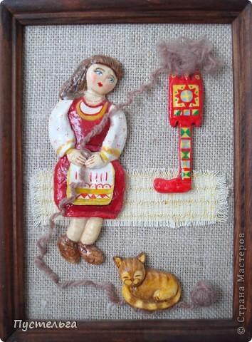 Приглашаю на маленькую выставку работ моей дочки. Дочь сейчас уже большая, а когда она училась в школе, то занималась и бисером, и лепкой, и росписью...  Эта птица выложена бисером по рисунку на деревянной тарелочке, клей ПВА. фото 5