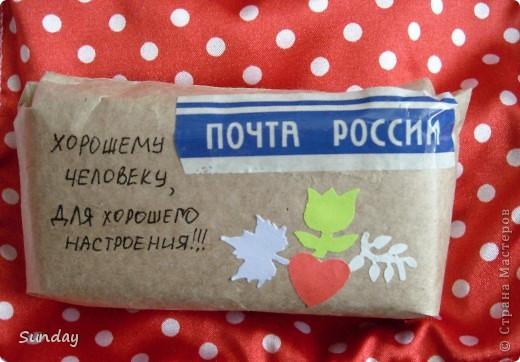 """Маленькая посылочка, на очень """"скорую руку"""" внутри рядком лежат 5 конфеток """"Белочка"""", в кулечке вроде стыдно угостить, а так вроде даже какая-то заинтересованность в сюрпризе возникает. фото 1"""