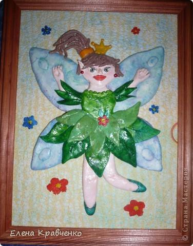 Элла - принцесса эльфов. Унеё есть красивые крылышки. И она летает, как бабочка.