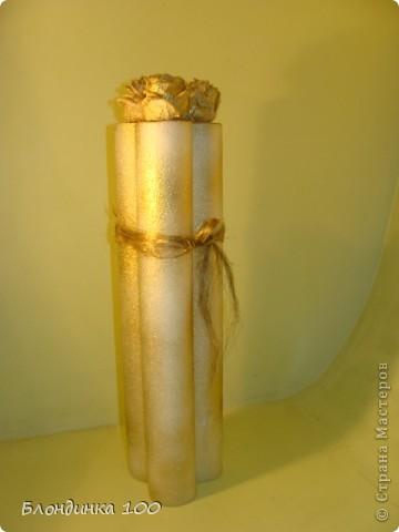 После ремонта осталась трубка из легкого пузырчатого материала. Жалко было выкидывать. Сухие цветы всегда имеются в запасе. Плюс лен чесаный (сантехнический) и золотой акрил  в болончике.  фото 2