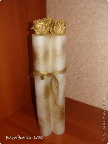 После ремонта осталась трубка из легкого пузырчатого материала. Жалко было выкидывать. Сухие цветы всегда имеются в запасе. Плюс лен чесаный (сантехнический) и золотой акрил  в болончике.  фото 5