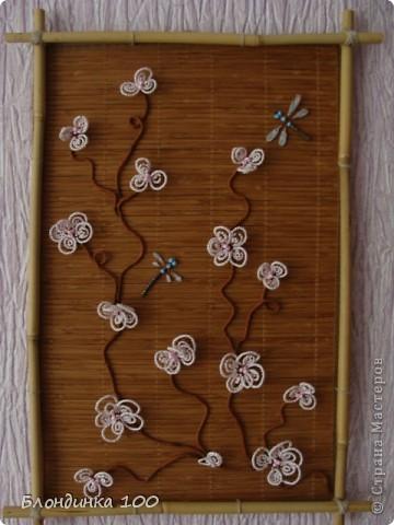 Основа панно - бамбуковая салфетка. Рамка самодельная. Крылья стрекоз сделаны с использованием лака для ногтей.