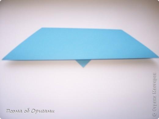 Этого зайчика я придумала сама специально для наших занятий с детьми.  Для него потребуется три квадрата: в данном случае это два синих и один зеленый. Размер квадратов 20х20 или могут быть немного больше. Рамочка для фото очень известная и легкая в исполнении модель. Она складывается из листа формата А4. Ее автор - Ларри Харт. фото 4