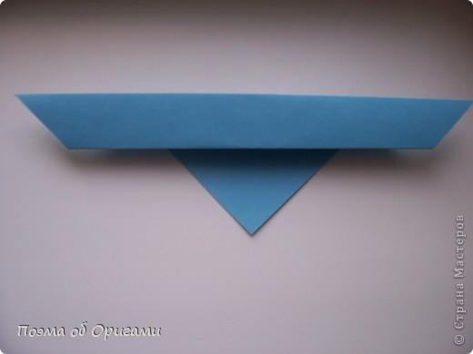 Этого зайчика я придумала сама специально для наших занятий с детьми.  Для него потребуется три квадрата: в данном случае это два синих и один зеленый. Размер квадратов 20х20 или могут быть немного больше. Рамочка для фото очень известная и легкая в исполнении модель. Она складывается из листа формата А4. Ее автор - Ларри Харт. фото 5