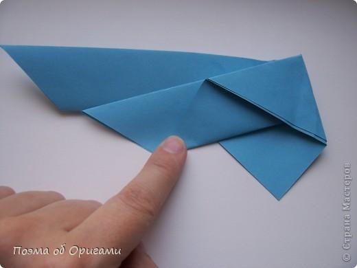 Этого зайчика я придумала сама специально для наших занятий с детьми.  Для него потребуется три квадрата: в данном случае это два синих и один зеленый. Размер квадратов 20х20 или могут быть немного больше. Рамочка для фото очень известная и легкая в исполнении модель. Она складывается из листа формата А4. Ее автор - Ларри Харт. фото 6