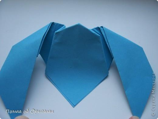 Этого зайчика я придумала сама специально для наших занятий с детьми.  Для него потребуется три квадрата: в данном случае это два синих и один зеленый. Размер квадратов 20х20 или могут быть немного больше. Рамочка для фото очень известная и легкая в исполнении модель. Она складывается из листа формата А4. Ее автор - Ларри Харт. фото 10