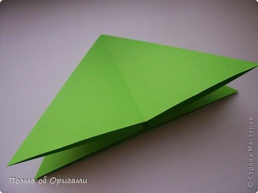 Этого зайчика я придумала сама специально для наших занятий с детьми.  Для него потребуется три квадрата: в данном случае это два синих и один зеленый. Размер квадратов 20х20 или могут быть немного больше. Рамочка для фото очень известная и легкая в исполнении модель. Она складывается из листа формата А4. Ее автор - Ларри Харт. фото 12