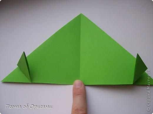 Этого зайчика я придумала сама специально для наших занятий с детьми.  Для него потребуется три квадрата: в данном случае это два синих и один зеленый. Размер квадратов 20х20 или могут быть немного больше. Рамочка для фото очень известная и легкая в исполнении модель. Она складывается из листа формата А4. Ее автор - Ларри Харт. фото 13