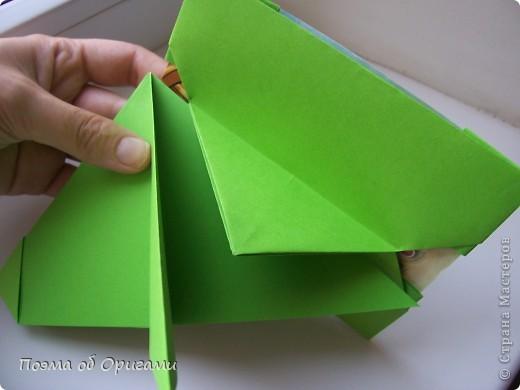 Этого зайчика я придумала сама специально для наших занятий с детьми.  Для него потребуется три квадрата: в данном случае это два синих и один зеленый. Размер квадратов 20х20 или могут быть немного больше. Рамочка для фото очень известная и легкая в исполнении модель. Она складывается из листа формата А4. Ее автор - Ларри Харт. фото 15