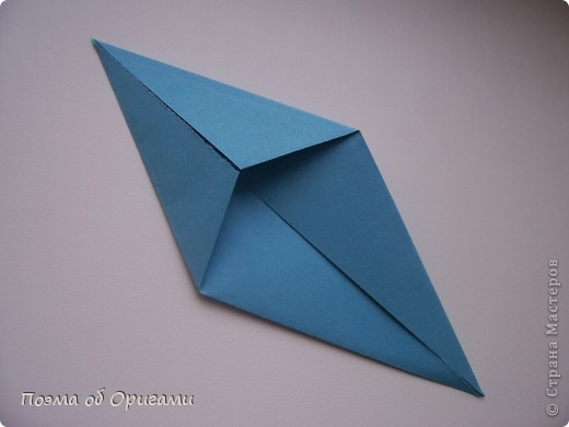 Этого зайчика я придумала сама специально для наших занятий с детьми.  Для него потребуется три квадрата: в данном случае это два синих и один зеленый. Размер квадратов 20х20 или могут быть немного больше. Рамочка для фото очень известная и легкая в исполнении модель. Она складывается из листа формата А4. Ее автор - Ларри Харт. фото 16