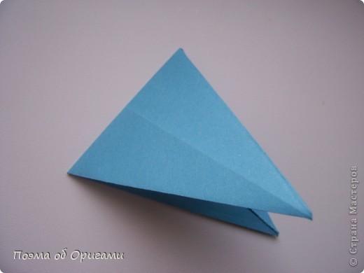 Этого зайчика я придумала сама специально для наших занятий с детьми.  Для него потребуется три квадрата: в данном случае это два синих и один зеленый. Размер квадратов 20х20 или могут быть немного больше. Рамочка для фото очень известная и легкая в исполнении модель. Она складывается из листа формата А4. Ее автор - Ларри Харт. фото 17