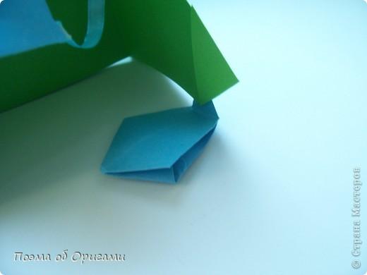 Этого зайчика я придумала сама специально для наших занятий с детьми.  Для него потребуется три квадрата: в данном случае это два синих и один зеленый. Размер квадратов 20х20 или могут быть немного больше. Рамочка для фото очень известная и легкая в исполнении модель. Она складывается из листа формата А4. Ее автор - Ларри Харт. фото 20