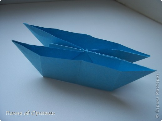 Этого зайчика я придумала сама специально для наших занятий с детьми.  Для него потребуется три квадрата: в данном случае это два синих и один зеленый. Размер квадратов 20х20 или могут быть немного больше. Рамочка для фото очень известная и легкая в исполнении модель. Она складывается из листа формата А4. Ее автор - Ларри Харт. фото 21