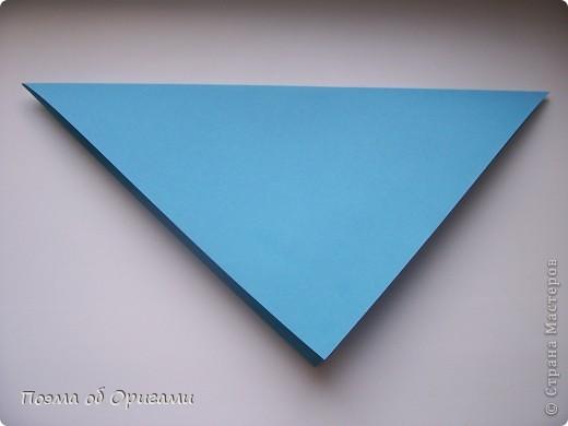 Этого зайчика я придумала сама специально для наших занятий с детьми.  Для него потребуется три квадрата: в данном случае это два синих и один зеленый. Размер квадратов 20х20 или могут быть немного больше. Рамочка для фото очень известная и легкая в исполнении модель. Она складывается из листа формата А4. Ее автор - Ларри Харт. фото 3