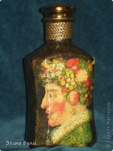 """Декор бутылки выполнен в технике декупаж.  В работе были использованы салфетки по мотивам картин Джузеппе Арчимбольдо """"Лето """" и """"Весна"""", акриловые краски, 2-х компонентный кракелюр, стекловидный лак. В качестве дополнительного декора использован шнур и декоративная пуговица.  Эта сторона бутылки - """"Лето""""  фото 2"""