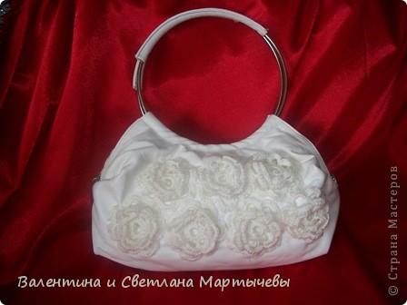 Была старая белая сумочка с вышивкой, распороли вышивку, навязали цветочки и вот результат. Новая сумка к лету готова!