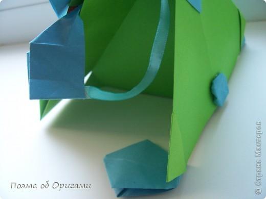 Этого зайчика я придумала сама специально для наших занятий с детьми.  Для него потребуется три квадрата: в данном случае это два синих и один зеленый. Размер квадратов 20х20 или могут быть немного больше. Рамочка для фото очень известная и легкая в исполнении модель. Она складывается из листа формата А4. Ее автор - Ларри Харт. фото 24