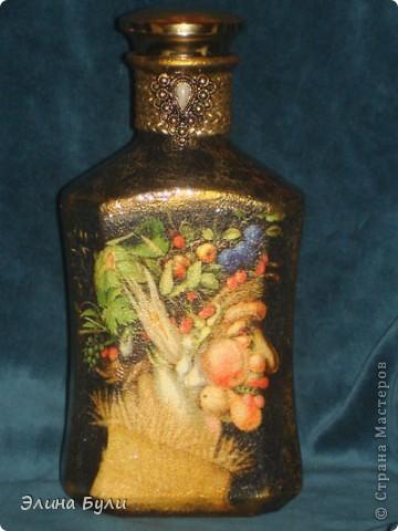 """Декор бутылки выполнен в технике декупаж.  В работе были использованы салфетки по мотивам картин Джузеппе Арчимбольдо """"Лето """" и """"Весна"""", акриловые краски, 2-х компонентный кракелюр, стекловидный лак. В качестве дополнительного декора использован шнур и декоративная пуговица.  Эта сторона бутылки - """"Лето""""  фото 1"""