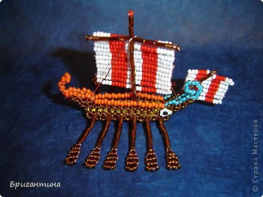 Трирема — класс боевых кораблей, которые использовались античными цивилизациями Средиземноморья, в особенности финикийцами, античными греками и древними римлянами.  фото 1