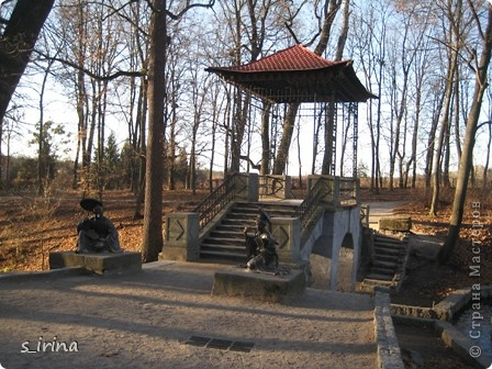 Дендропарк «Александрия» – самый большой в Украине. Он расположен на склоне реки Рось и занимает площадь в 200 га. На его территории растет больше 600 видов деревьев и кустарников и более 700 разновидностей травянистых растений. В общем, в парке растет 1360 видов, разновидностей, сортов и форм растений. При строительстве парка был грамотно обыгран рельеф – три глубокие, параллельные склону реки, балки, расширяющиеся к берегам.  фото 2