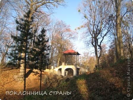 Дендропарк «Александрия» – самый большой в Украине. Он расположен на склоне реки Рось и занимает площадь в 200 га. На его территории растет больше 600 видов деревьев и кустарников и более 700 разновидностей травянистых растений. В общем, в парке растет 1360 видов, разновидностей, сортов и форм растений. При строительстве парка был грамотно обыгран рельеф – три глубокие, параллельные склону реки, балки, расширяющиеся к берегам.  фото 1
