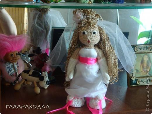 """Это мой первый подарок своими руками. Делала друзьям на свадьбу (04.09.10), после того как облазила весь интернет в поисках оригинального свадебного подарка (хотела купить) так  ничего и не нашла. Заинтересовало предложение в интернете """"куклы крючком на заказ"""", узнала цену, обалдела и решила, а почему бы самой не попробовать? Попробовала! фото 3"""