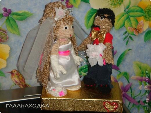 """Это мой первый подарок своими руками. Делала друзьям на свадьбу (04.09.10), после того как облазила весь интернет в поисках оригинального свадебного подарка (хотела купить) так  ничего и не нашла. Заинтересовало предложение в интернете """"куклы крючком на заказ"""", узнала цену, обалдела и решила, а почему бы самой не попробовать? Попробовала! фото 1"""