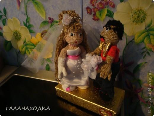 """Это мой первый подарок своими руками. Делала друзьям на свадьбу (04.09.10), после того как облазила весь интернет в поисках оригинального свадебного подарка (хотела купить) так  ничего и не нашла. Заинтересовало предложение в интернете """"куклы крючком на заказ"""", узнала цену, обалдела и решила, а почему бы самой не попробовать? Попробовала! фото 6"""