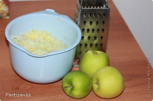 Рецепт очень простой, готовится быстро, получается вкусно!  Для этого пирога понадобится: 1 ст.сахара 1 ст.муки 1 ст.манки 1 пакетик разрыхлителя (по желанию ванилин или пакетик ванильного сахара) 5-6 яблок 150-180г. сливочного масла фото 2