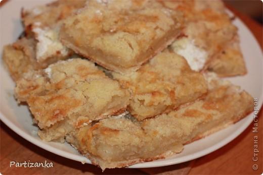 Рецепт очень простой, готовится быстро, получается вкусно!  Для этого пирога понадобится: 1 ст.сахара 1 ст.муки 1 ст.манки 1 пакетик разрыхлителя (по желанию ванилин или пакетик ванильного сахара) 5-6 яблок 150-180г. сливочного масла фото 1