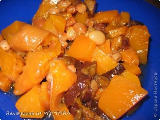 Тыкву очистить от кожуры, нарезать на кусочки, сухофрукты - какие есть дома / курага, изюм, чернослив /  предварительно распарить и мелко нарезать, складываем слоями в сотейник.тыкву, немного сахарка, распаренные с/ фрукты и 2 апельсина ,очищенного от кожуры и нарезанного на мелкие кусочки, Ставим на  30 минут ,с закрытой крышкой на плиту , ВКУСНЯТИНА,,,
