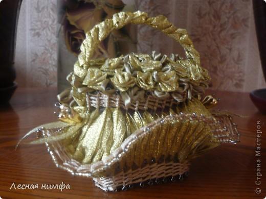 Корзиночка из золотых лент, тут уже 25 роз!!! фото 2