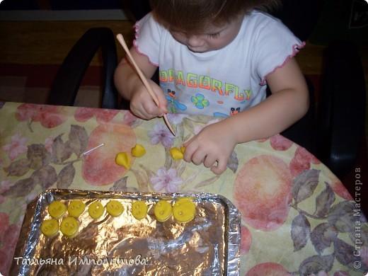 Рисовали с Софией(2,11л) Витражные краски используем первый раз.Рамочку рисовала я оформительским гелем фото 8