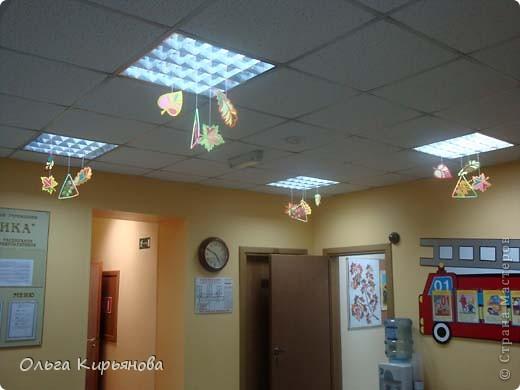 У многих мастериц уже начался новогодний марафон, а в нашей школе до сих пор на потолочных светильниках висят вот такие осенние листья. Может быть именно поэтому в этом году в Москве такая долгая теплая осень? Завтра буду снимать эту красоту. На прощанье решила сфотографировать и вам показать. фото 12