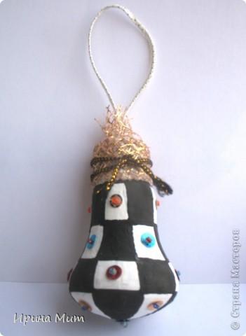 Лампочки накаливания превращаются в новогодние украшения для ёлки. фото 1