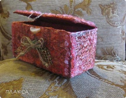 Первая попытка шкатулки, сделанная из коробочки из под лампочки. Обклеена тремя слоями мятой салфетки, покрашена красками акварельными, бантик сделан из ниток, вытащенных из ковровой дорожки.  фото 2