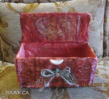 Первая попытка шкатулки, сделанная из коробочки из под лампочки. Обклеена тремя слоями мятой салфетки, покрашена красками акварельными, бантик сделан из ниток, вытащенных из ковровой дорожки.  фото 3